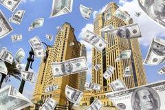 Geld, das von der Spitze eines Gebäudes fällt Stockfotografie