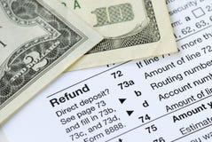 Geld dat op de belastingaangifte wordt terugbetaald Stock Foto