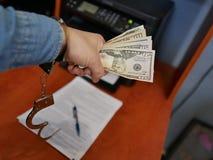Geld in de handen van een bandiet Financiële criminaliteit stock afbeelding