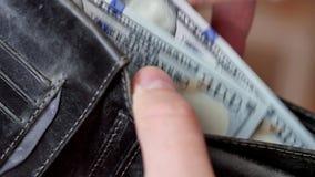 Geld in de portefeuille Een mensen tellend contant geld stock video