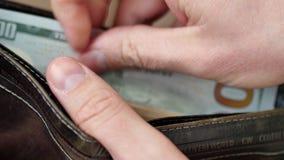 Geld in de portefeuille Een mensen tellend contant geld stock videobeelden