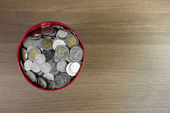 Geld in de rode emmer Stock Foto