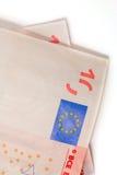 Geld in de vorm van twee tien euro rekeningen Stock Foto's