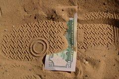 Geld in de woestijn wordt verloren die Royalty-vrije Stock Afbeelding