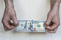 Geld in den Händen auf einem weißen Hintergrund Stockfotografie