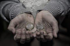 Geld in den Händen der Armen Stockfotografie