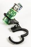 Geld in den Handschellen Stockfotografie