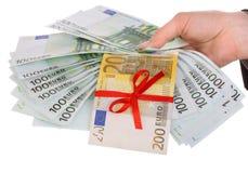 Geld in den weiblichen Händen. stockfoto