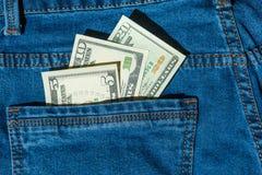 Geld in der Blue Jeans-Tasche Lizenzfreie Stockfotografie