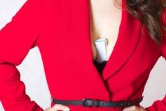 Geld in der Brust der Frau Lizenzfreie Stockbilder