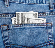 Geld in der Gesäßtasche von Jeans Lizenzfreies Stockfoto