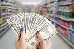 Geld in der Hand, Hand mit Geld, Hand, die Banknoten und c hält Stockbilder