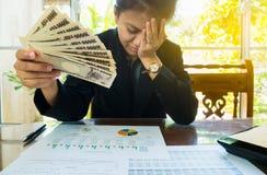 Geld in der Hand mit Aussagenpapier und dem Fühlen stressig im finnancial Konzept Lizenzfreies Stockfoto
