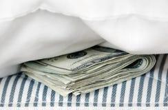 Geld in der Matratze Stockfotografie