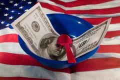 Geld in der Schüssel lizenzfreie stockfotos