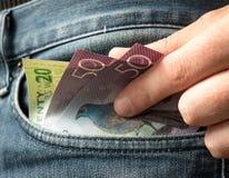 Geld in der Tasche lizenzfreie stockfotos