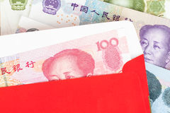 Geld des Chinesen oder 100 Yuan-Banknoten im roten Umschlag, als Chinesen Lizenzfreie Stockbilder