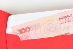 Geld des Chinesen oder 100 Yuan-Banknoten im roten Umschlag, als Chinesen Stockbild
