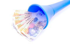 Geld des südafrikanischen Rands in Vuvuzela Stockbilder