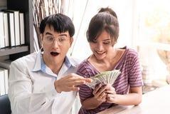 Geld des verheirateten Paars, das im Familienunternehmen reich erhält stockbilder