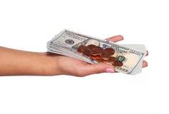 Geld Dollarsrekeningen en muntstukken in vrouwelijke geïsoleerde hand Royalty-vrije Stock Fotografie