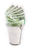 Geld in een emmer op witte achtergrond wordt geïsoleerd die Royalty-vrije Stock Afbeeldingen