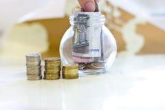 Geld in een Kruik van het Glas Stock Afbeelding
