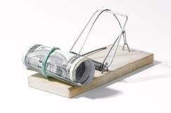Geld in een muizeval op de witte achtergrond wordt geïsoleerd die Royalty-vrije Stock Foto