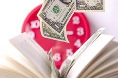Geld in een Open Boek Royalty-vrije Stock Afbeeldingen