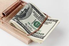 Geld in einer Mäusefalle Stockfotografie