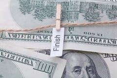 Geld en bedrijfsdieidee, de dollarrekeningen met een kabel, met een teken worden gebonden - eindig royalty-vrije stock afbeeldingen