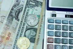 Geld en calculator Stock Afbeeldingen