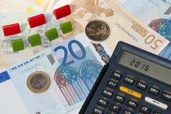 Geld en calculator en hotels in jaar 2016 stock fotografie