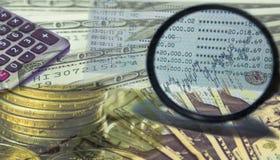 Geld en calculator op de achtergrond van de voorraadgrafiek Stock Afbeeldingen