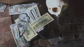 Geld en een revolver dichtbij de schedel Misdadig concept stock footage