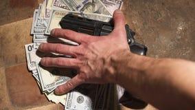 Geld en een revolver Misdadig concept stock videobeelden