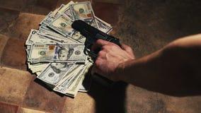 Geld en een revolver Misdadig concept stock footage