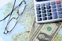 Geld en geografische kaart Stock Afbeeldingen