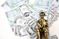 Geld en het Denken Mensenstandbeeld Stock Fotografie