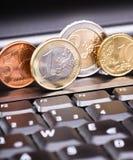 Geld en laptop Stock Afbeeldingen