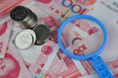 Geld en meer magnifier Stock Afbeelding