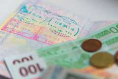 Geld en paspoort met visumzegels stock afbeelding