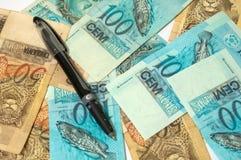 Geld en pen Royalty-vrije Stock Afbeelding