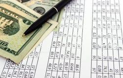 Geld en pen, stuk van document met aantallen, bedrijfsconcept stock afbeeldingen