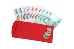 Geld en Rode die Envelop op witte achtergrond wordt geïsoleerd Stock Afbeeldingen