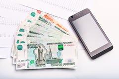 Geld en Russische bankbiljetten van benaming één, vijf duizend roebels met Stock Fotografie
