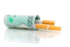 Geld en sigaretten op een witte achtergrond Royalty-vrije Stock Foto