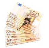 Geld en sleutel Stock Afbeeldingen