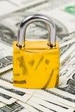 Geld en slot royalty-vrije stock fotografie