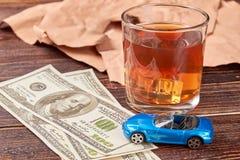 Geld en whisky op houten achtergrond stock foto